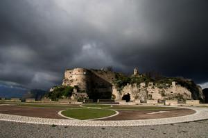 Il piazzale del Castello normanno