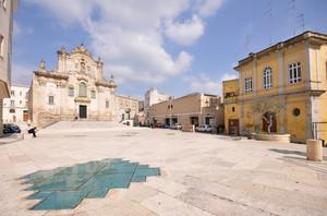 La Chiesa di San Francesco si specchia in piazza