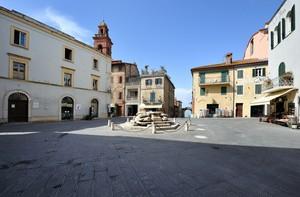 scorgendo il lago da Piazza Mazzini