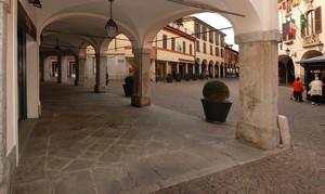 Piazza Marconi vista attraverso i portici