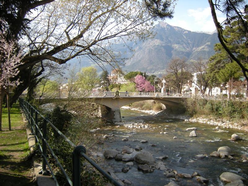 ''Tutto fa primavera anche il ponte dipinto di bianco'' - Merano