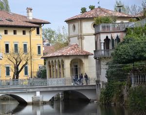 Vecchi palazzi isolati dalle acque si riuniscono con la città