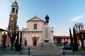 La piazza dedicata al Cardinale Giuseppe Pozzobonelli, vescovo di Milano