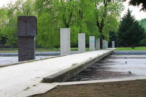 Passerella sulle fontane ormai spente