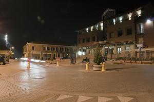 Piazza Vittorio Alfieri di notte