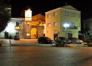 Piazza Skanderberg di sera