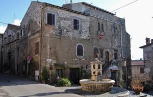 Piazza Monte Pio e la sua fontana