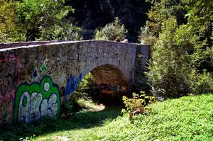 Un ardito accostamento dei murali al vecchio ponte della Val di Nosee