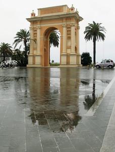 Riflessi, pioggia e palme…