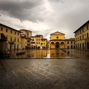 Piazza Cavour in una triste giornata piovosa