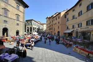 il mercato in Piazza Signorelli
