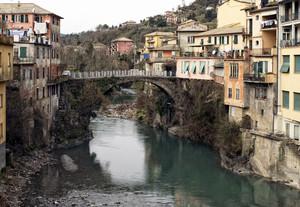 Un ponte fra le case
