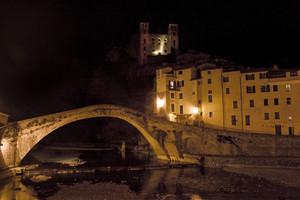 Il ponte quattrocentesco di Dolceacqua di notte.
