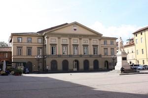 Piazza del Giglio con l'omonimo Teatro