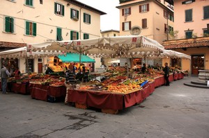 Pistoia Piazza della Sala con mercato in corso
