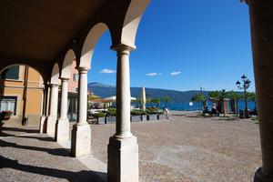 Una piazza sul lago