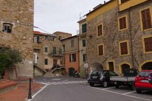 Piazza che accoglie i visitatori nel borgo antico in collina