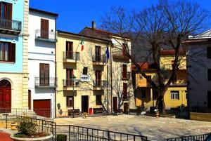 Tutta qui : piccola,colorata e raccolta – Piazza Municipio – Filignano
