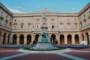 piazza e statua di Giacomo leopardi