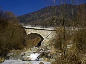 Dopo il ponte a destra.