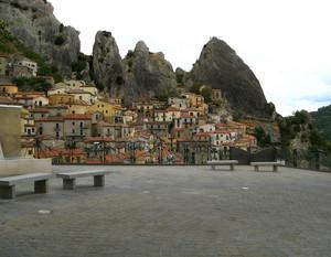 Una piazza sul panorama