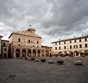 Montefalco Nuvole sulla Piazza