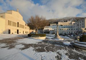 """passi sulla neve nel piazzale della """"vecchia"""" chiesa"""
