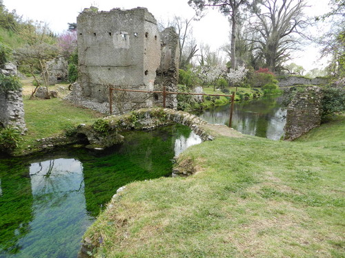 Cisterna Di Latina Ponte Romano Nel Giardino Di Ninfa