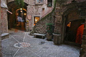 Una piazzetta medioevale di Dolceacqua.