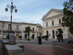Piazza Cesare Battisti con il Teatro U. Giordano