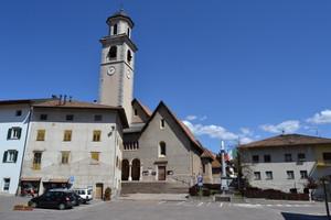 Tuenno: Piazza degli Alpini