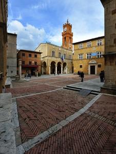 sbirciando su Piazza Pio II