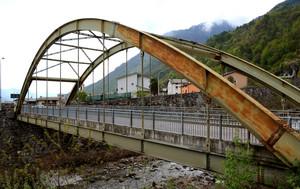 Ponte ad arco in ferro sul Madrasco