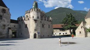 "Davanti al ""Castel Sant'Angelo"" tirolese"