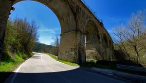 Ponte ferroviario che attraversa due strade