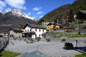 Una piazza della Valmalenco