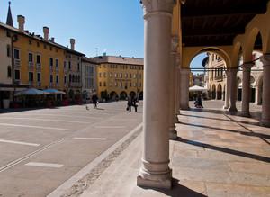 Vista della piazza dal colonnato
