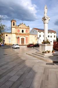 Piazza S. Paolo con la chiesa che dà il nome al paese