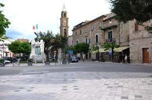 Piazza Aldo Moro col Monumento ai Caduti