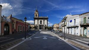 Piazza San Mauro elegante e luminosa sotto un cielo primaverile