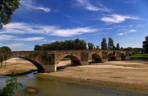 Ponte con fiume asciutto