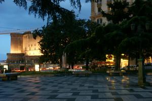 Piazza Municipio guarda il Maschio Angioino