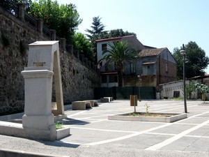 La nuova piazzetta, di Via Maggiore Cutrì.