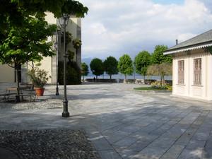 Piazza sul lago vicino al santuario