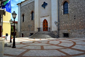 Comune, piazza, chiesa e fedeli lampioni  – Piazza Sant'Angelo – Monteroduni