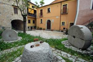 La Piazzetta e gli antichi attrezzi