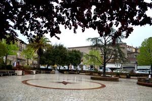 Con  pioggia  e para…luce – Piazza Umberto I -S. Clemente – (Fraz. Galluccio)