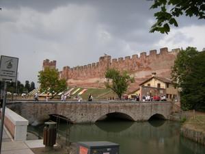 Ponte sul fossato di cinta delle mura