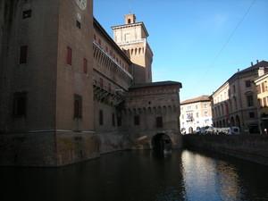 Ponte sul fossato di cinta del castello