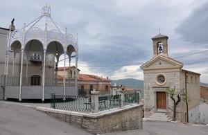 Piazza Giovanni Civetta addobbata a festa per la Madonna di Serritella